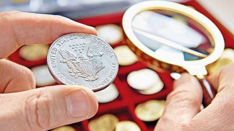 Opas Münzsammlung unter der Lupe: Sie dürfte nach all den Jahren gutes Geld bringen – steuerfrei.