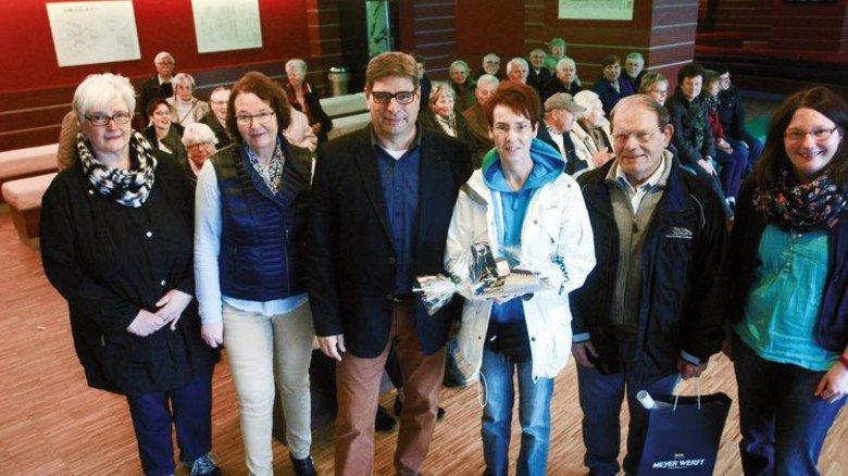 200.000. Gast: Auf Sigrid Hellige wartete bei ihrem Werft-Besuch eine kleine Überraschung. Foto: Werk