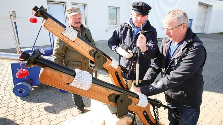 Vor dem Schuss: Joachim Winter, Hartmut Schießer und Werner Löwe (von links) beim Laden der Waffe. Foto: Zeigert