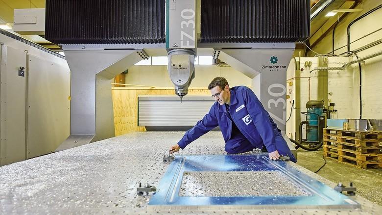 Im Zerspanungs-Center: Wadim Sagel spannt ein Teil aus, das gerade auf der CNC-Maschine bearbeitet wurde.