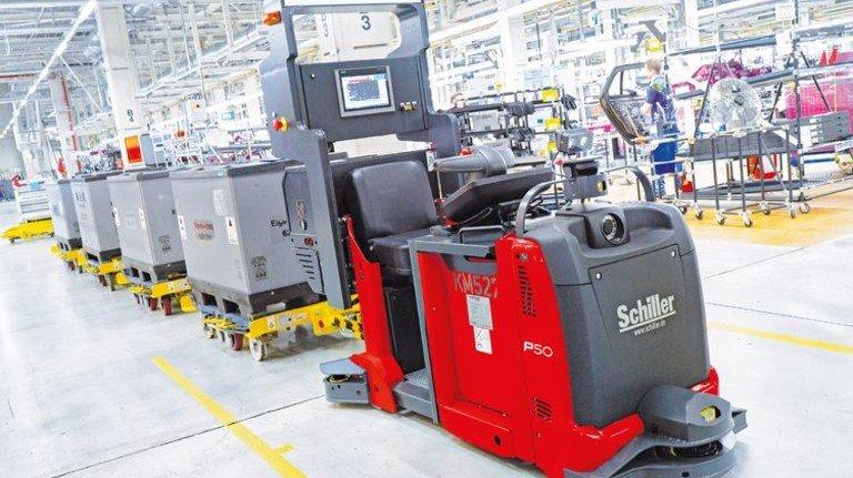 Fährt fahrerlos: Der Routenzug von Schiller bringt den Monteuren im BMW-Werk Dingolfing Teile aus dem Lager. Foto: Werk