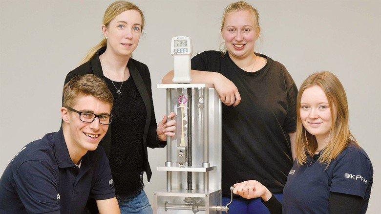Das Mapa-Team für die IdeenExpo: Die Auszubildenden Jan-Lukas Pils (links) und Swea Wrobel (Zweite von rechts), Corinna Schweppe (Zweite von links) und Merle Hauschild aus der Personalabteilung mit dem Zugspannungstestgerät.