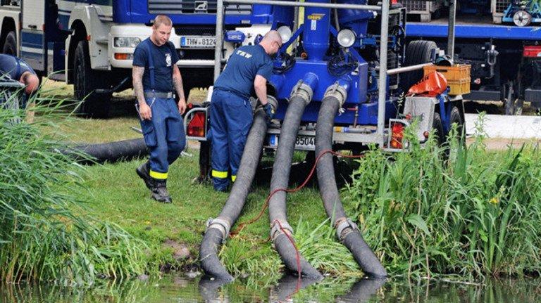 Dienst beim Technischen Hilfswerk: Bei dieser Vereinigung, zu erkennen an blauer Uniform und Ausrüstung, engagieren sich viele auch ehrenamtlich.