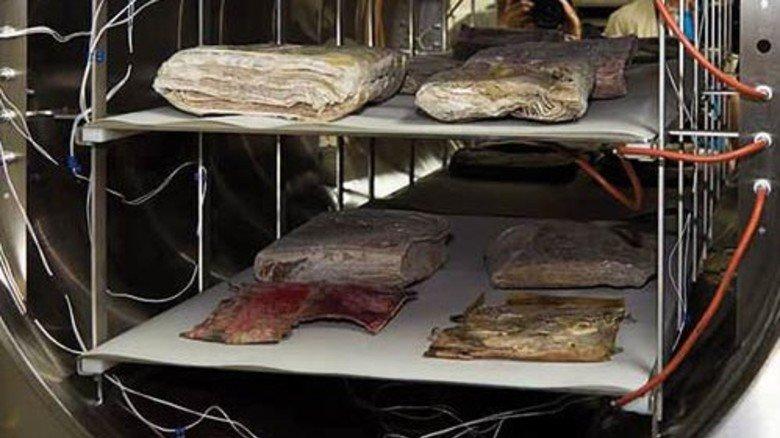 Dokumente aus dem Kölner Stadtarchiv. Technik von Martin Christ hilft beim Restaurieren. Foto: Werk
