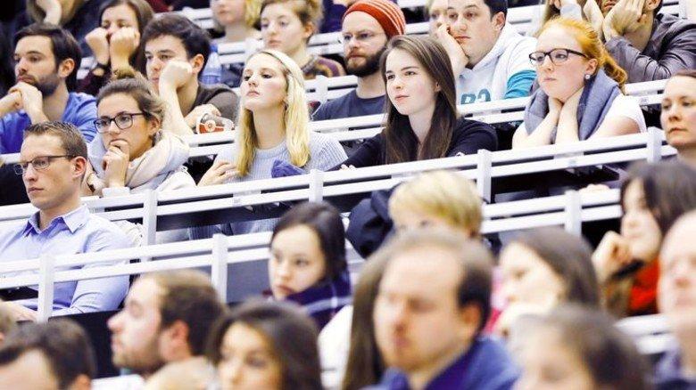 """Studierende: Statistisch gesehen sind die meisten """"armutsgefährdet"""". Foto: dpa"""