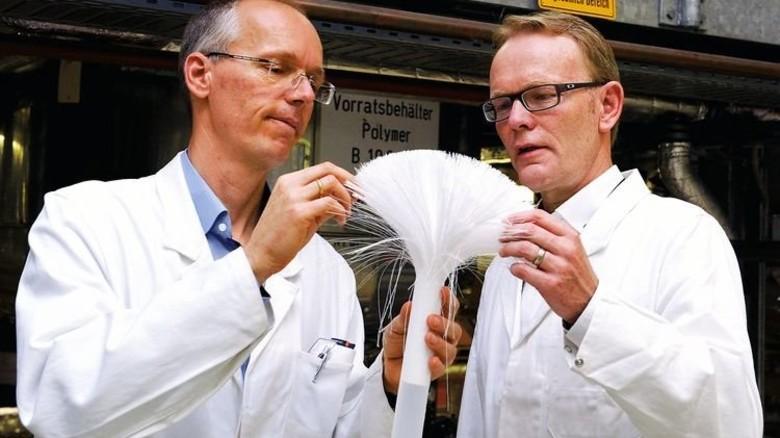 Rettet Leben: Dialyse-Membran, hier im Blick von Werkleiter Hartwig Davidhaimann (rechts) und seinem Kollegen Oliver Becker. Foto: Wirtz