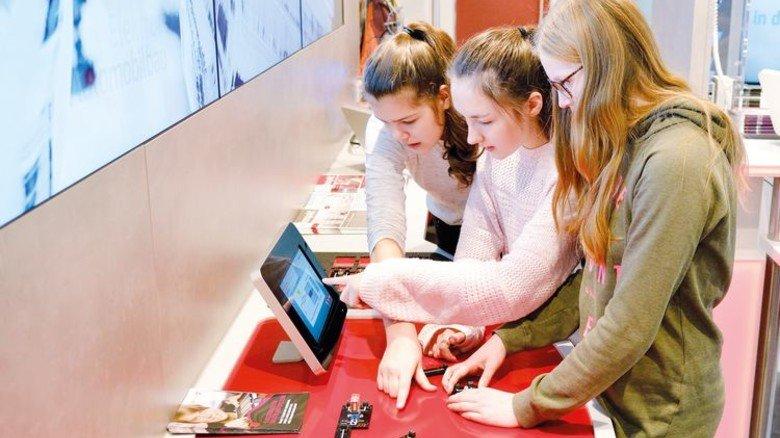 Elektro-Arbeitsplatz: Schülerinnen beim Ausprobieren von Schaltungen. Foto: Scheffler