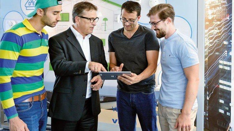 Kopfarbeit: Niedziella und Prüfingenieureberaten neue Testverfahren für Smarthome-Geräte. Foto: Scheffler