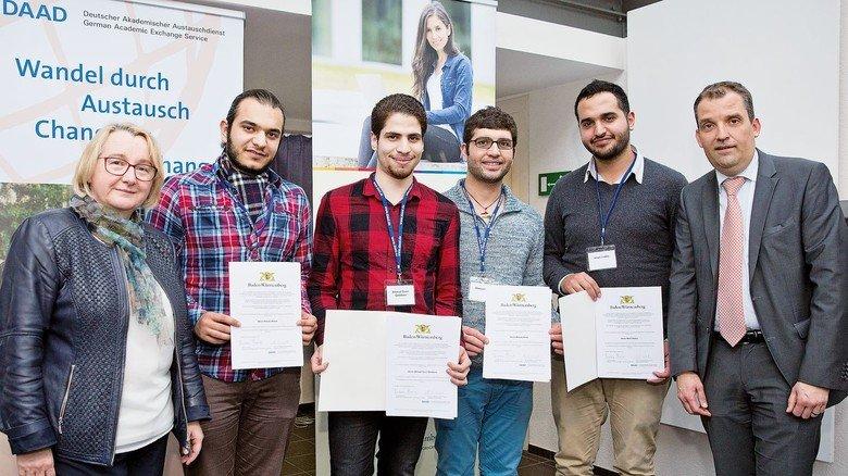 Glücklich:  Sami Qaddura (Dritter von links) ist einer von insgesamt 91 jungen Syrern, die das Stipendium bekamen.