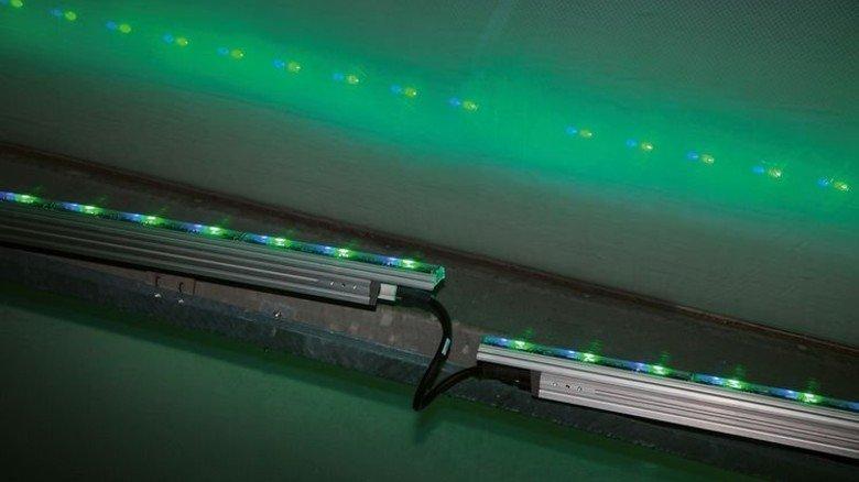 Anschluss: Rund 300.000 LEDs auf speziellen Halterungen erhellen die Stadionhülle. Foto: Werk