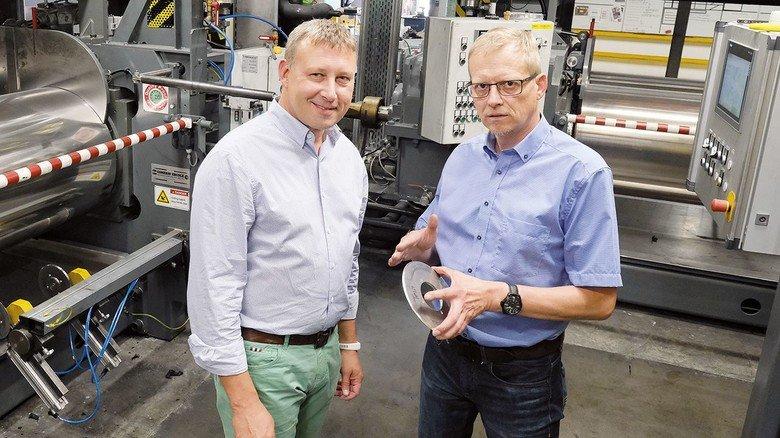Setzen auf die Nähe zum Kunden: WAGU-Geschäftsführer Tobias Nonnast (rechts) und Vertriebsleiter Martin Krause in der Produktion.