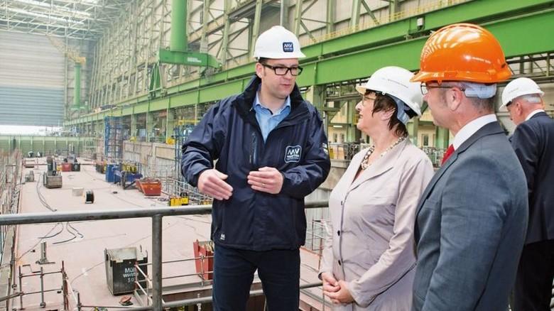 Rundgang: Ministerin Brigitte Zypries mit Fertigungsleiter Stefan Hadeler (links) in Wismar. Foto: Werk
