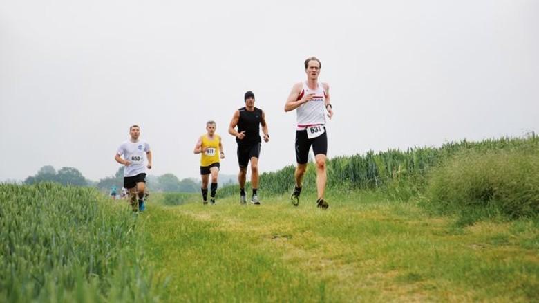 Querfeldein: Beim Poeler Insellauf siegte Egger-Mitarbeiter Hans Bender (vorn). Foto: Mara Winkler