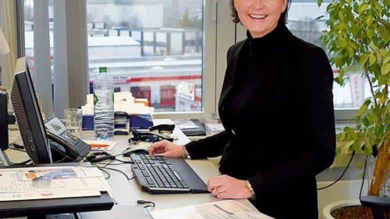 Hilfe nach OP: Brigitte Barbera am verstellbaren Schreibtisch. Foto: Sandro