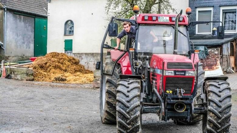 Nach Feierabend: Frederik Finkensiep ist auf dem Bauernhof zu Hause. Er liebt die Nähe zu den Tieren ebenso wie die Arbeit mit den Maschinen. Foto: Roth