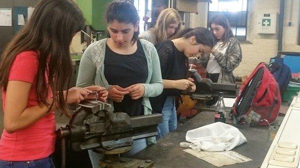 PRINZessinnentag bei der Firma Prinz: Zehn Mädchen der siebten Klasse der Zeppelinschule verbrachten einen Vormittag in dem Unternehmen. Foto: Werk