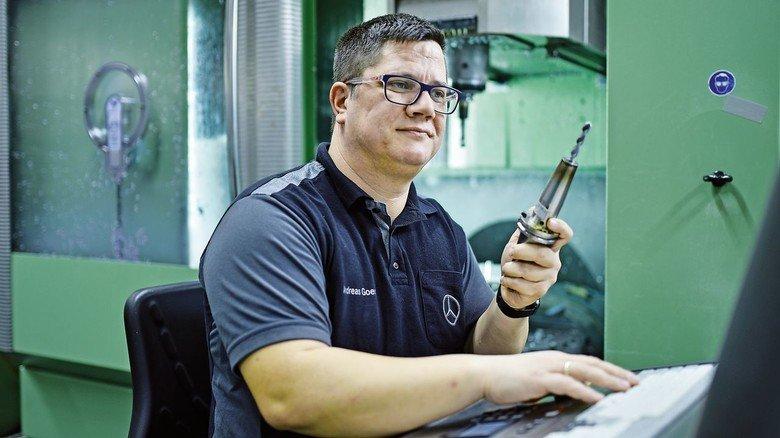 Im Job: Der gelernte Werkzeugmacher an seinem Arbeitsplatz bei Mercedes-Benz.