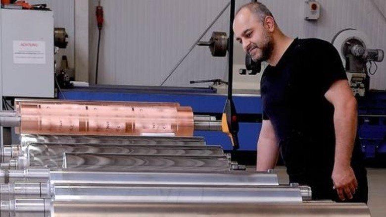 Bloß kein Kratzer! Özcan Yurtsever bereitet Walzen für die Überarbeitung vor. Foto: Scheffler