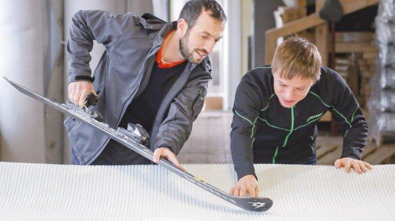 Die Erfinder: Jens Reindl (links) und Felix Neubert mit einer Textilbahn. Foto: Söll
