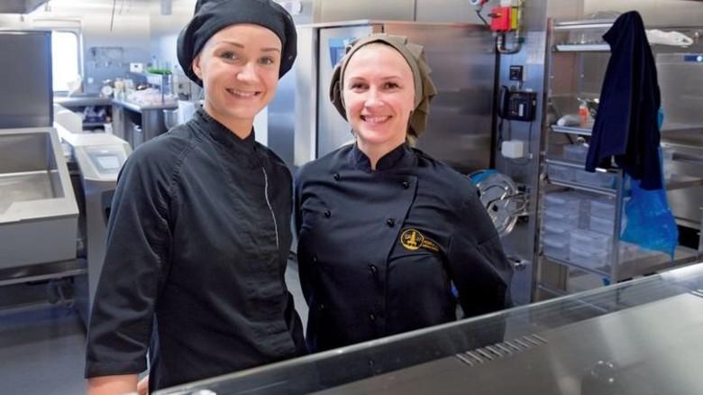 Küchenchefin Gabija Udrenaite (links) und ihre Kollegin Svetlana Ilciukiene. Foto: dpa