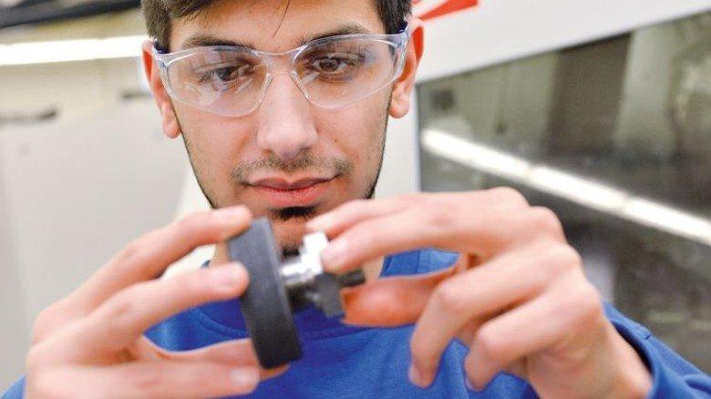 Erfolgreich: Der Bremer Mikail Emirhüseyinoglu machte über Nordchance eine Ausbildung bei dem Armaturen-Hersteller Flowserve Gestra. Foto: Bahlo