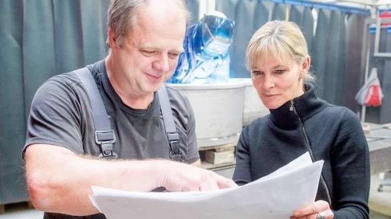 Mittendrin: Firmenchefin Betz bespricht Arbeitsschritte an einem Schweißplatz. Foto: Weigel