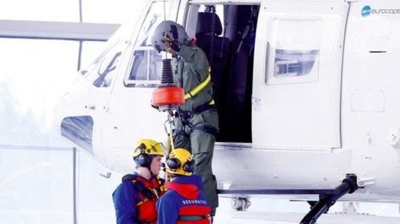 Gut gesichert: Der Hubschrauber hängt an der Hallendecke. Foto: dpa