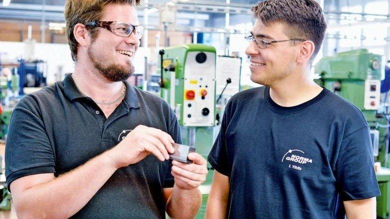 Lernhilfe: Heiko Dirks (links), Azubi im zweiten Lehrjahr, erklärt Frischling Ibrahim Yildiz die Arbeit an einem Werkstück. Foto: Scheffler