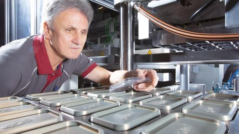 Werkzeugbau: Illig macht auch die Formen selbst, zum Beispiel für Margarine-Deckel. Foto: Werk