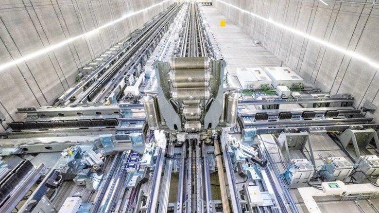 """Hoch hinaus: Der Aufzugsschacht des """"Multi"""" misst 140Meter. Noch fehlt auf dem Gestell die Kabine. Foto: Roth"""