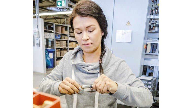 Handarbeit: Kornelia Degenhof montiert Schließzylinder.