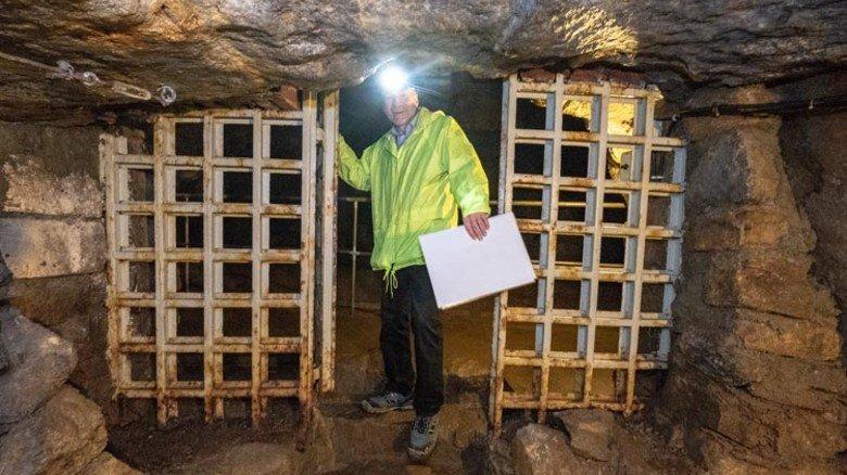 Denkwürdiger Ort: Durch dieses Tor wurden bis zum Fall des Eisernen Vorhangs Zigaretten und Schnaps von den tschechischen und deutschen Bergleuten verschoben. Foto: Roth