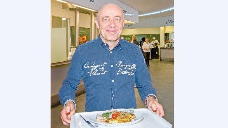 """""""Ich esse mittlerweile gesünder als früher"""": Werner Malmberg ist regelmäßig zu Gast in der Kantine des Pharmakonzerns Roche im bayerischen Penzberg. Dort hat er festgestellt: Vegetarische und vegane Gericht sind besser als ihr Ruf."""