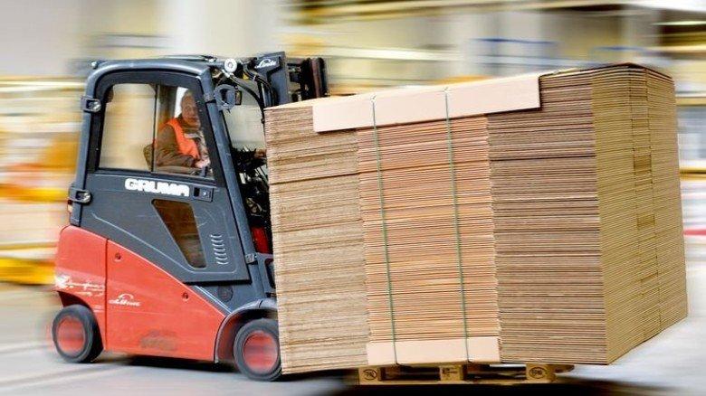 Fix unterwegs: Ein Gabelstapler fährt Pappe zum Lkw. Foto: Scheffler
