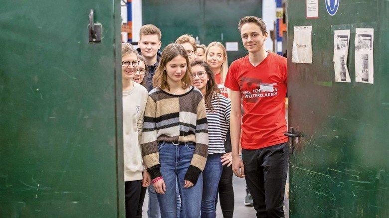 Azubi Lukas Becker mit den jungen Teilnehmern der Rallye. Die Klasse 9c der Lübecker Geschwister-Prenski-Schule erkundet das Unternehmen.