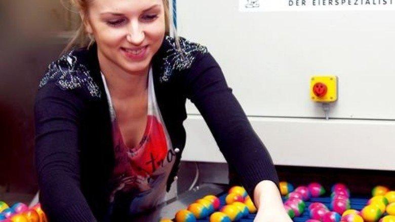 Aushilfskraft: Jetzt vor Ostern packt Justina Zatuska die fertige Ware ab. Foto: Moll