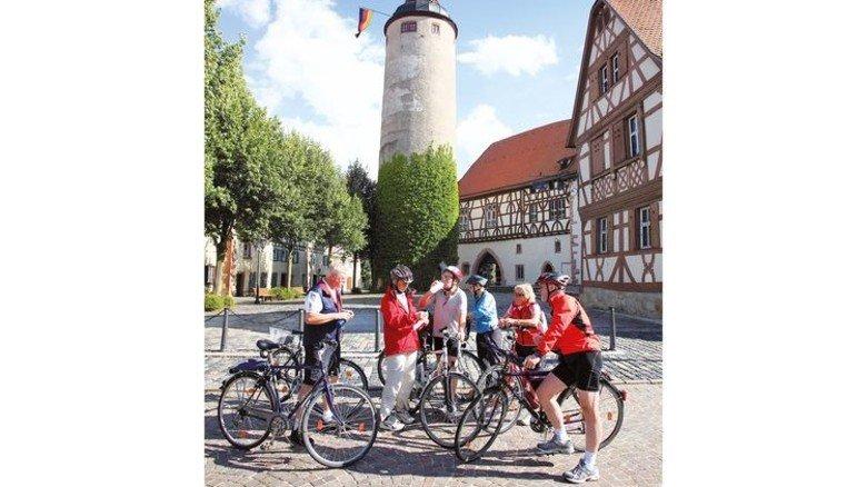 """Radweg """"Liebliches Taubertal"""": Pause vor dem Kurmainzischen Schloss in Tauberbischofsheim Foto: Romantische Straße"""