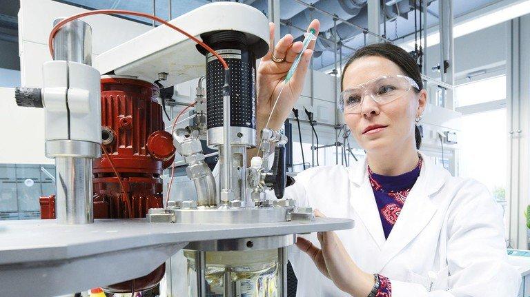 Testproduktion: Chemikerin Malke synthetisierte immer neue Kautschuk-Varianten.
