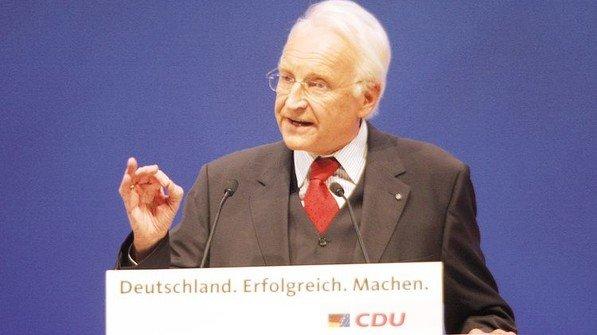 2006: Edmund Stoiber beendet mit ausgeglichenem Haushalt das Schuldenmachen. 2030 will Bayern schuldenfrei sein. Foto: dpa