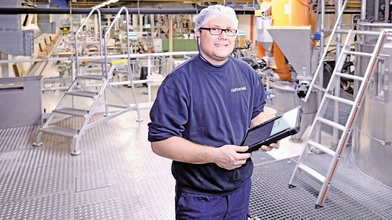 Alles im Fluss: Michael Dzida kümmert sich unter anderem darum, dass die Produktion störungsfrei läuft.