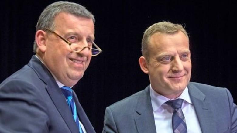 Hand drauf: Südwestmetall-Verhandlungsführer Stefan Wolf (links) und IG-Metall-Bezirksleiter Roman Zitzelsberger besiegeln den Abschluss. Foto: Eppler