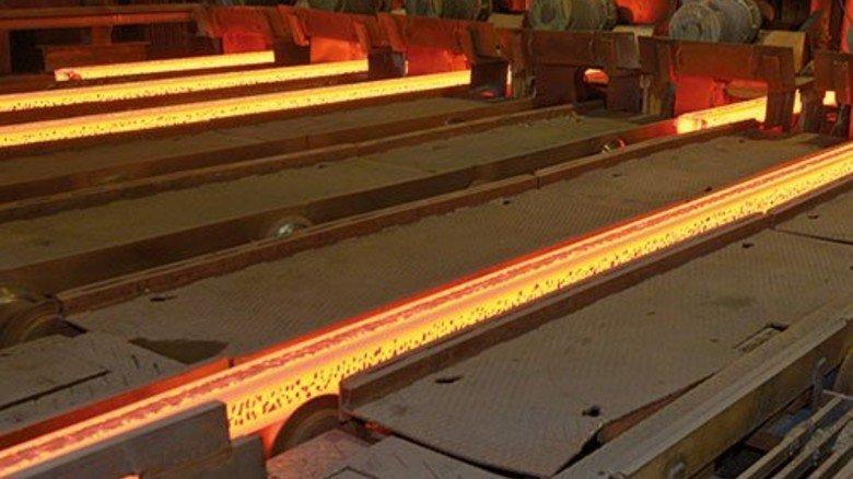 In der Stranggießanlage: Hier entstehen aus dem flüssigen Stahl Knüppel, die später zu Draht gewalzt werden. Foto: Augustin