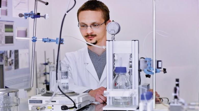 Entwickler: Heinze testet eine Pumpe. Foto: Werk