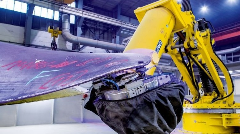 Große Reichweite: Der lange Roboterarm kann jeden relevanten Punkt des Propellers erreichen. Foto: dpa