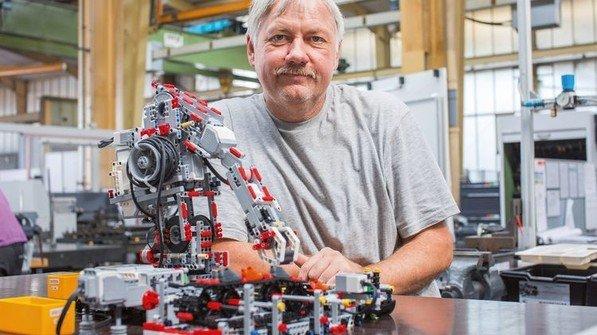 Alter Hase: Ralf Brammerloh arbeitet seit 1981 bei Desma Schuhmaschinen. Foto: Marcus Lorenczat