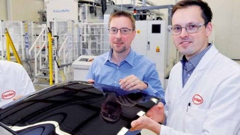 Hightech: Rainer Kohlstrung (links) und Thomas Petzuch präsentieren lackierte Leichtbauteile. Foto: Sigwart