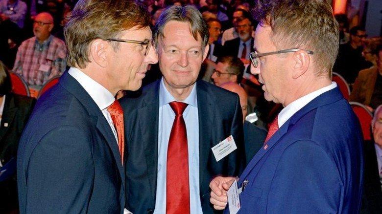 Im Gespräch: Mit Jörg Köhlinger, IG Metall Mitte, und VhU-Präsident Wolf Matthias Mang (links). Foto: Scheffler