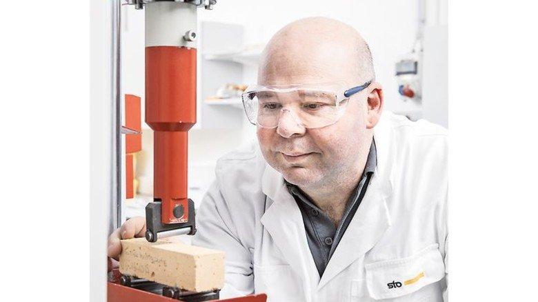 Im Labor: Christian Restle bestimmt die Festigkeit eines Mörtels. Foto: STO