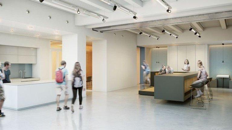 Freundlich: Im Foyer können sich die Jugendlichen über ihre Arbeiten austauschen. Foto: SFZ / APP