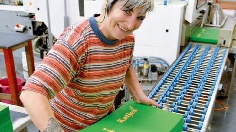 Exakte Innenseiten: Helena Dengler am Buchdeckenautomaten. Foto: Scheffler